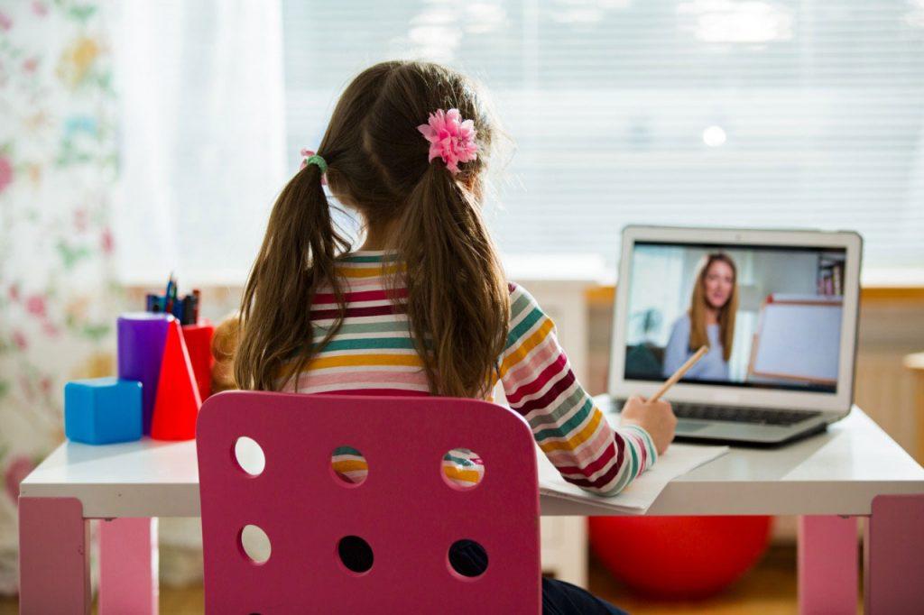 Menina estudando com computador